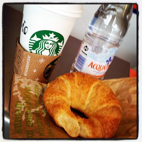 Starbucks och croissant
