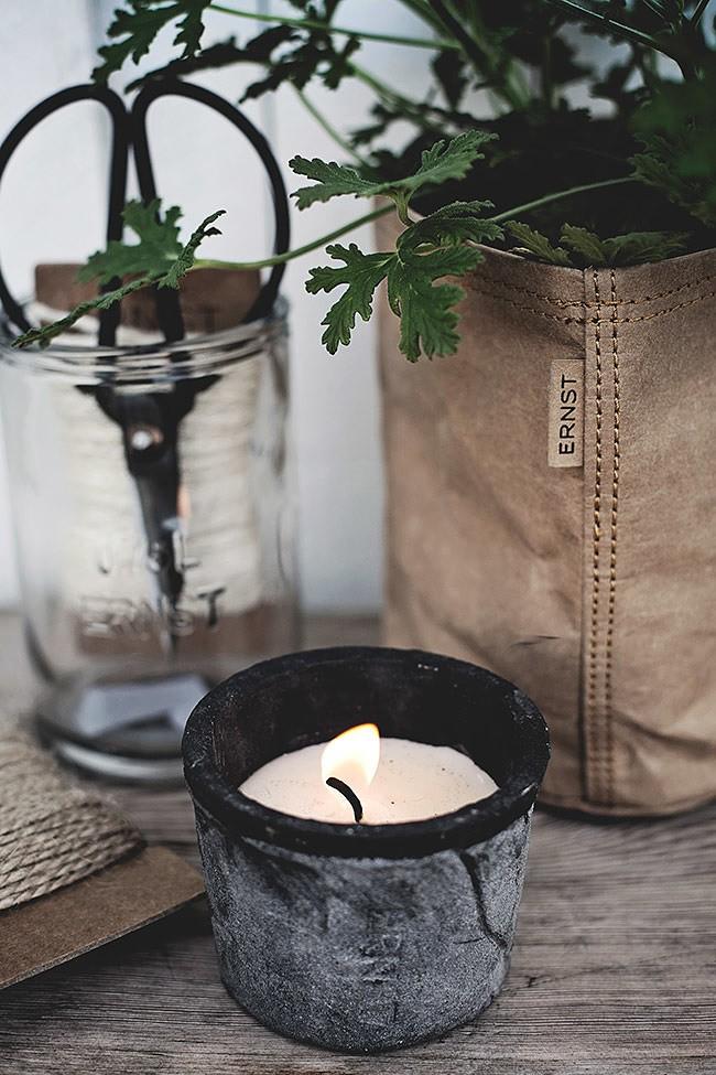 Ljus i mosskrukor och örtkrukor från Ernst