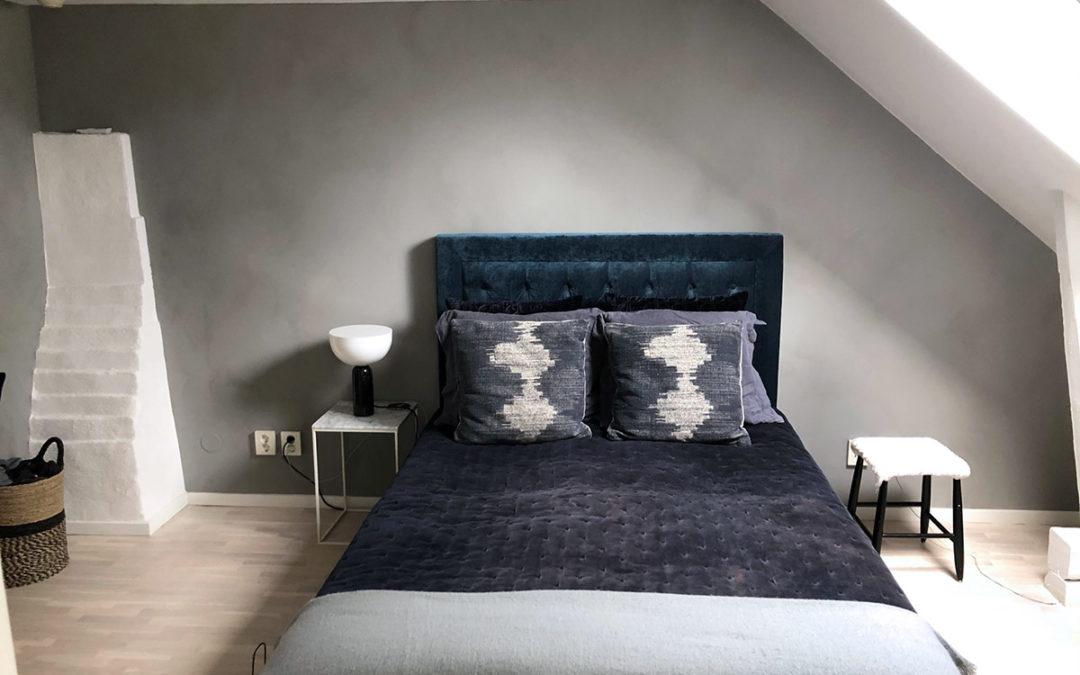 Sovrum i vindsvåning kalkmålad med Concrete Primo